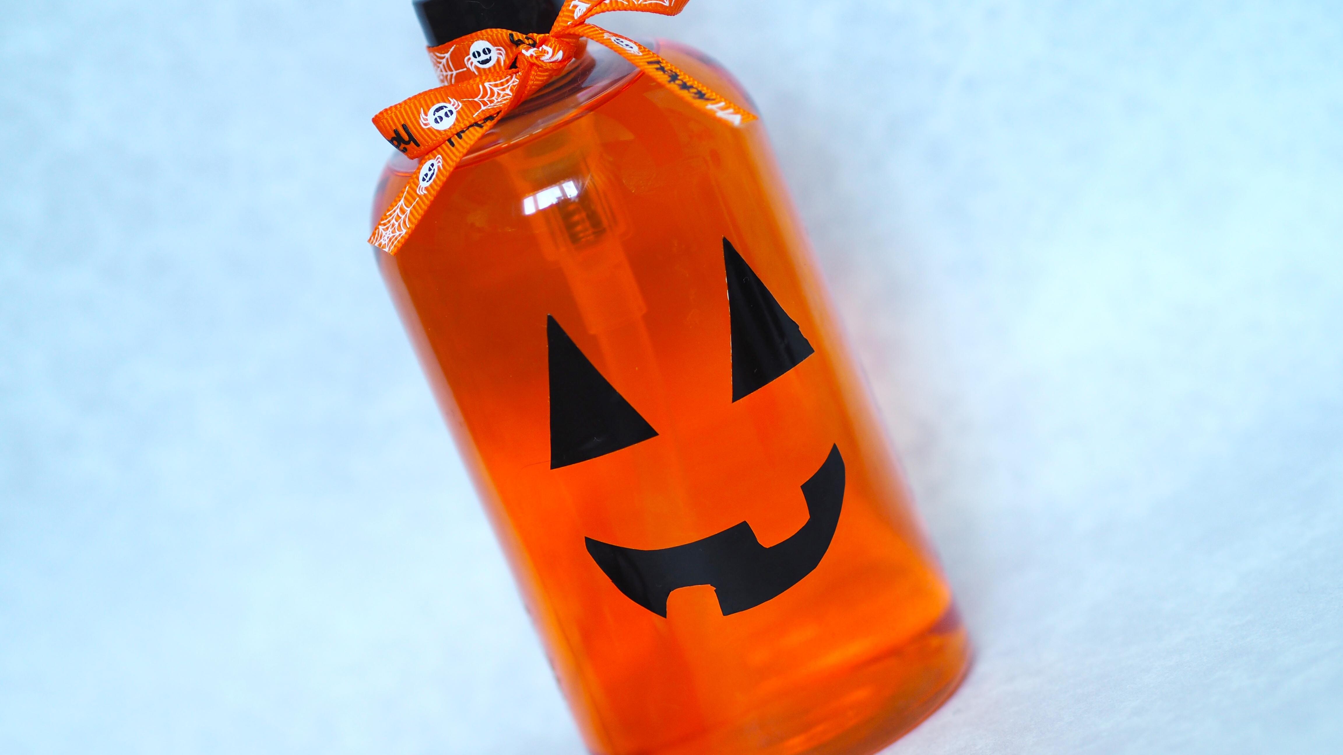 DIY Halloween Soap Dispensers   Halloween Soap Dispenser an easy #halloween #craft to decorate this season