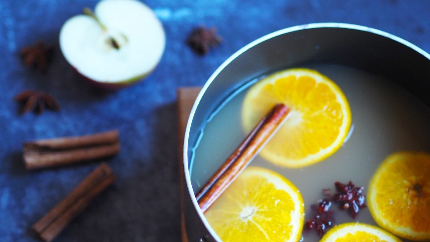 This Mulled Apple Juice is the perfect non-alcoholic alternative to mulled wine and is ideal for entertaining kids and drivers. #mulled #apple #christmas #autumn