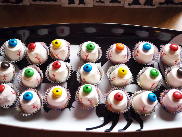Marshmallow Monster Eyeballs, Easy to make Halloween party treats. #halloween #monster #eyeballs #trickortreat #party #food #sweet #treats