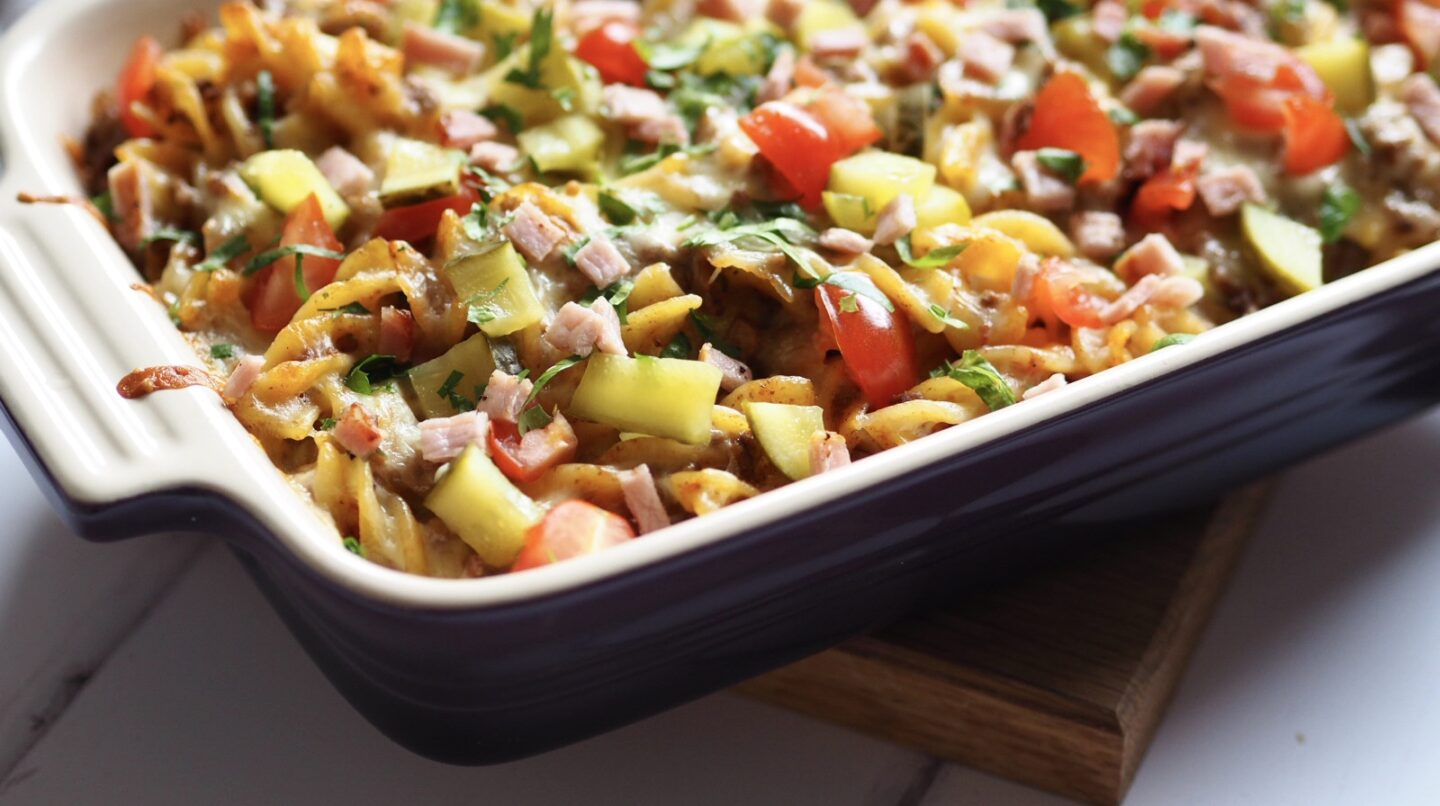 This cheeseburger pasta is a filling recipe of  beef mince and pasta covered in a tomato sauce and topped with melted cheese, bacon and gherkins. All the flavours of a bacon cheeseburger in a pasta dish!
